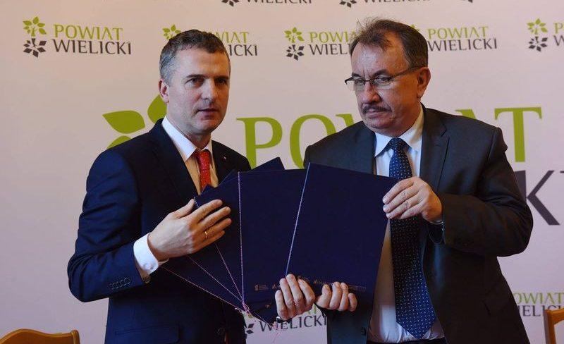 przekazanie-umow-na-projekty-inwestycyjne-w-powiecie-wielickim-19.01.2018